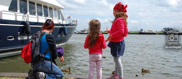 מאכילים ברווזים בהולנד