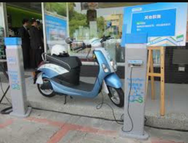 電動機車八里最新電池交換站,太陽能充電更環保!
