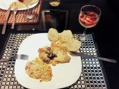 Filetes de pollo en salsa de camarones y tocino.