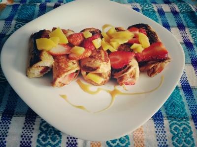 Rollos de tostada francesa con relleno de fruta