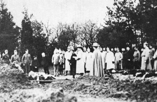 Burial at Annoeullin, May 1917. On the left are allied prisoners permitted to attend. On the right is a large number of German officers in full military dress.