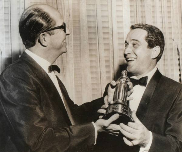 1957 : Phil makes Perry Como an honorary member of the Friars Club.