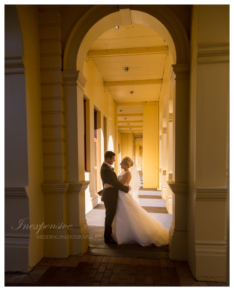 bride and groom in archway inexpensive wedding photography queensland brides brisbane wedding