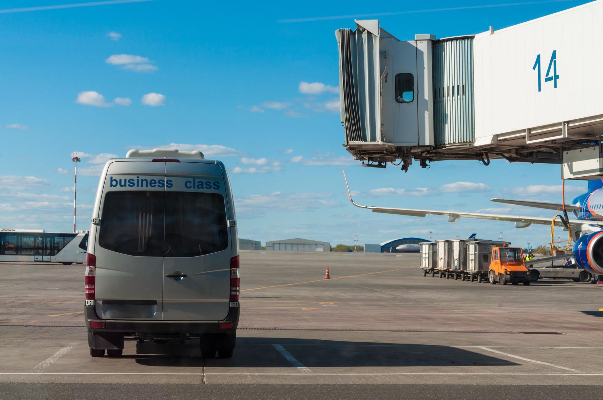 luxury Airport Shuttles  torontoairportslimousine.com