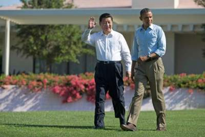 "alt=""Xi and Obama walking the lawns of White House"""