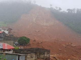 "alt=""Sierra Leone floods kill hundreds as mudslides bury houses"""