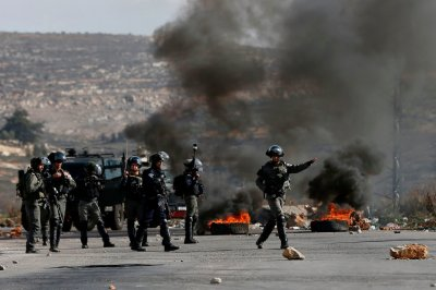 "alt=""Palestinians Clash With Israeli Troops to Protest Trump's Jerusalem Declaration"""