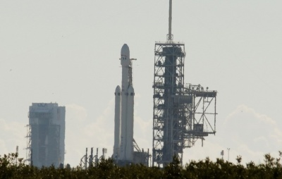 "alt=""SpaceX Falcon Heavy poised for debut test launch, with Tesla Roadster payload"""