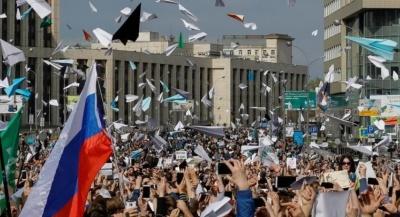 """alt=""""Paper plane protesters urge Russia to unblock Telegram app"""""""