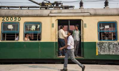 "alt=""Indian tea seller caught using water from train toilet"""