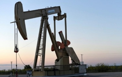 """alt=""""Oil tumbles on slowing Chinese demand, U.S.-China trade spat"""""""