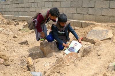 """alt=""""Yemen buries children killed by air strike"""""""