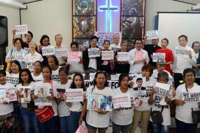"""alt=""""Relatives of people slain in Philippine war on drugs push for international prosecution of Duterte"""""""