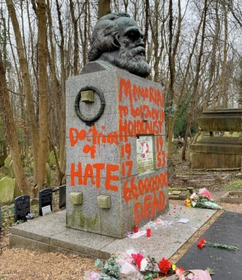 """alt=""""Karl Marx's Tomb in London Is Splashed With Red Paint"""""""