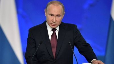 """alt=""""Russia laws ban 'disrespect' of government and 'fake news'"""""""