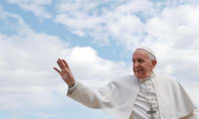 """alt=""""To kiss or not to kiss the pope's ring? He needs to make it clear"""""""