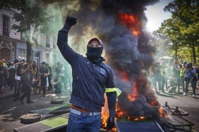 """alt=""""French protesters set fires in Paris as unrest grows after Notre Dame blaze"""""""