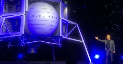 """alt=""""Jeff Bezos unveils lunar lander to take astronauts to the moon by 2024"""""""