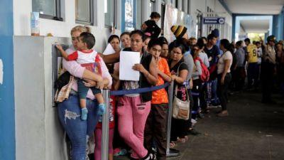 "alt=""Venezuela crisis: Migrants dash to cross Peru border"""