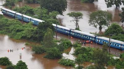 "alt=""India floods: Over 1,000 train passengers rescued near Mumbai"""