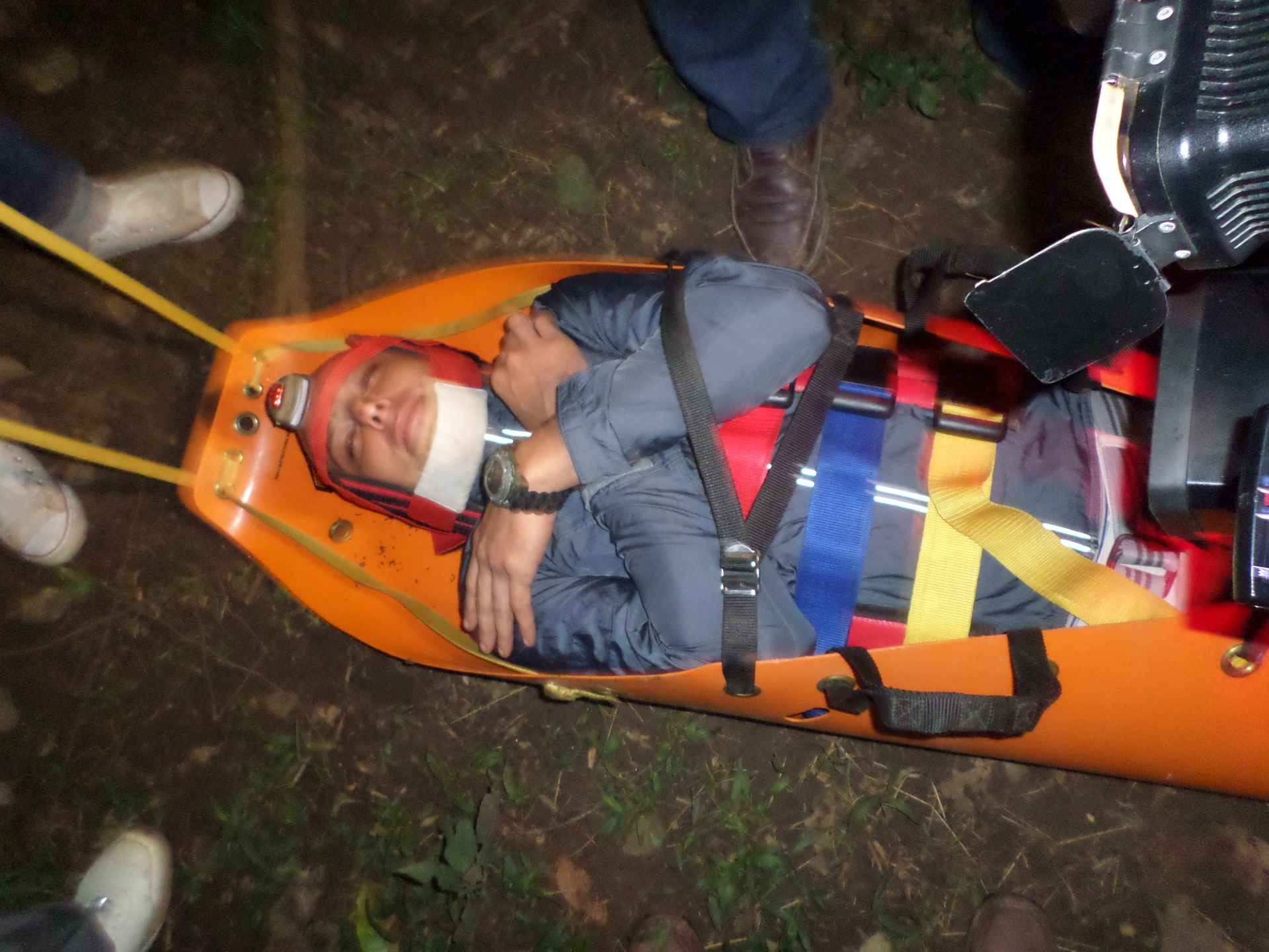 Primeros auxilios en áreas remotas: manejo de camilla sket