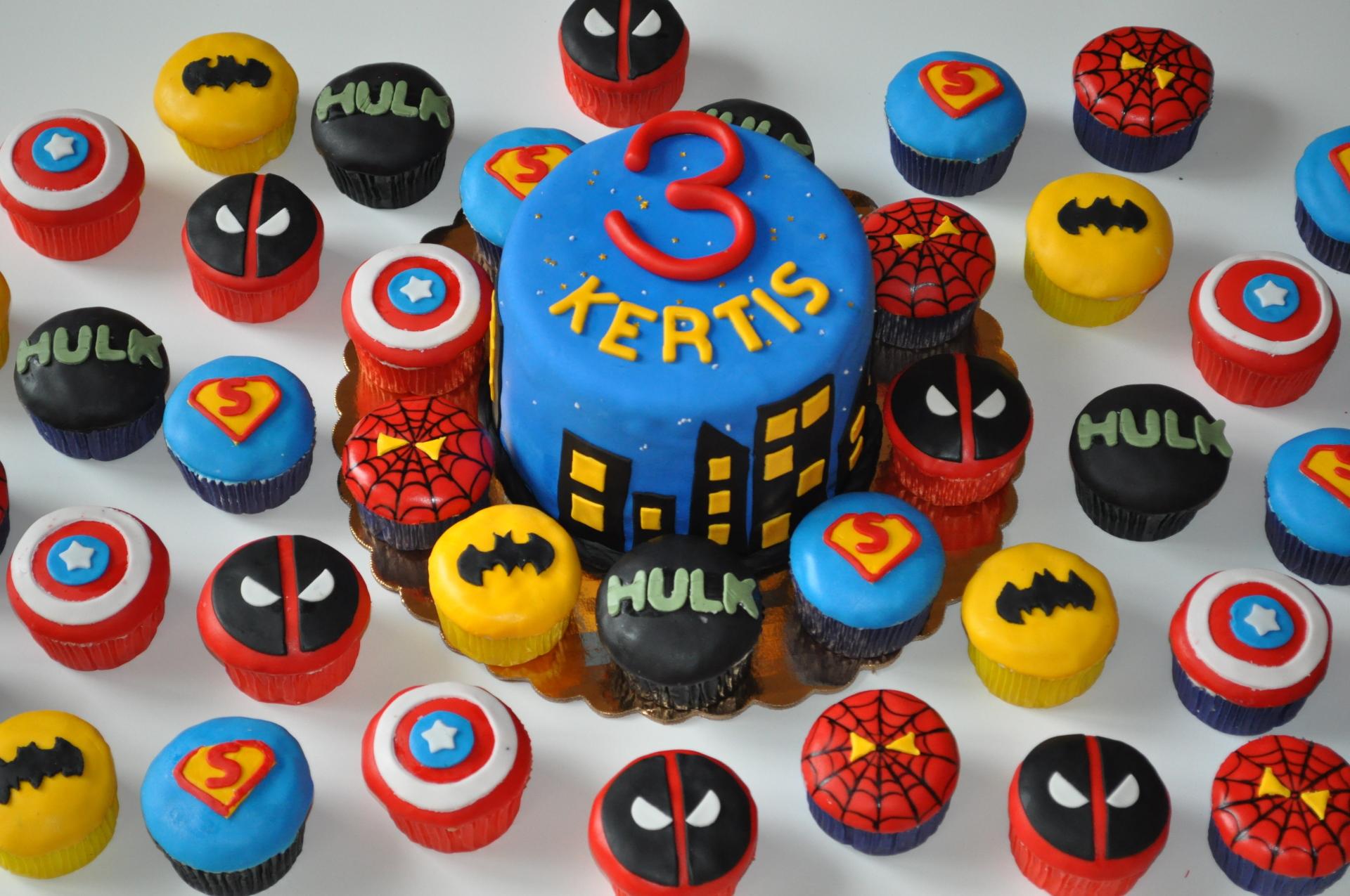 Superhero cake ,superhero cupckaes,spiderman,batman,captain america,superman