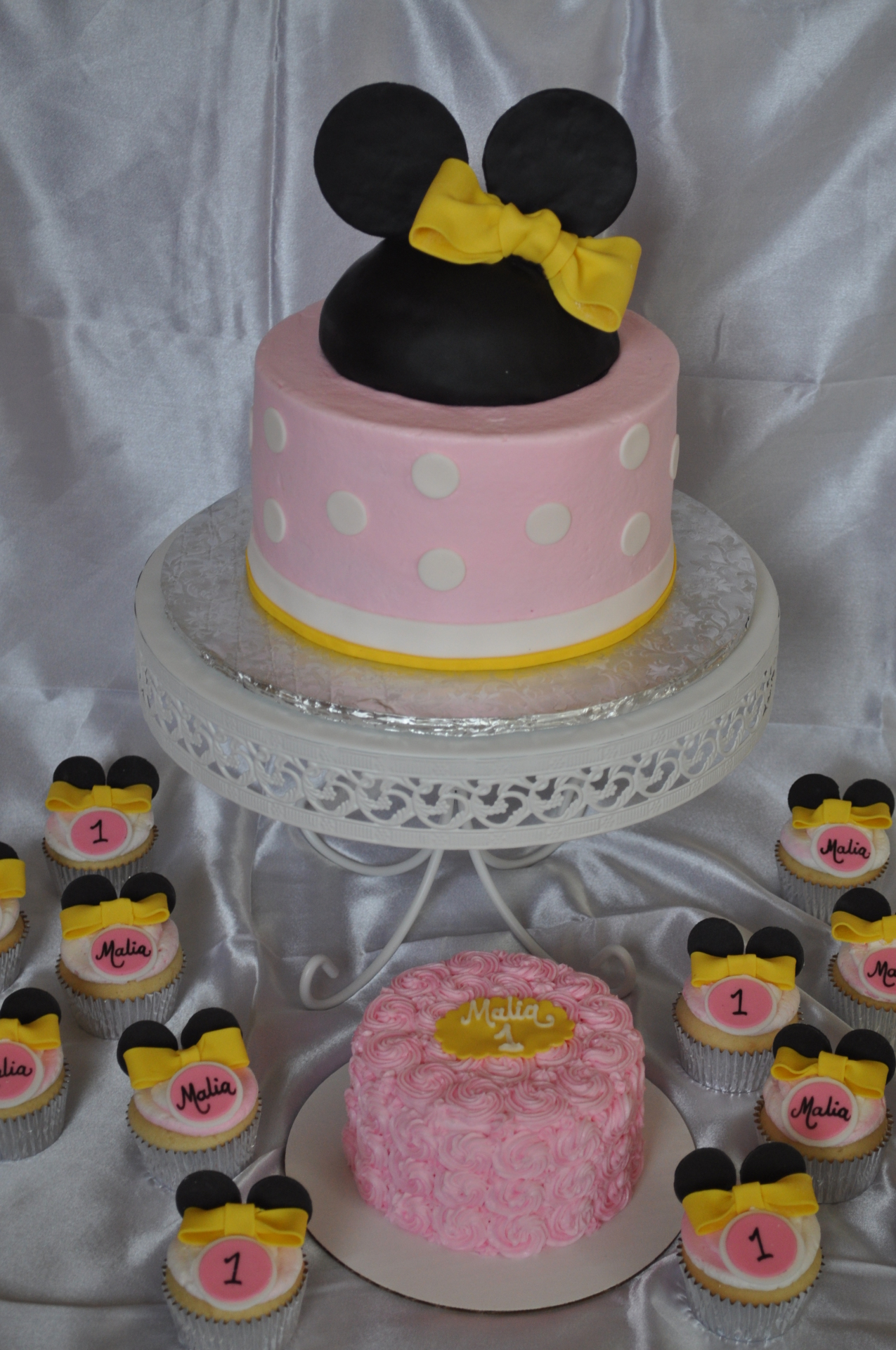 Minnie Mouse cake , Minnie mouse cupckaes