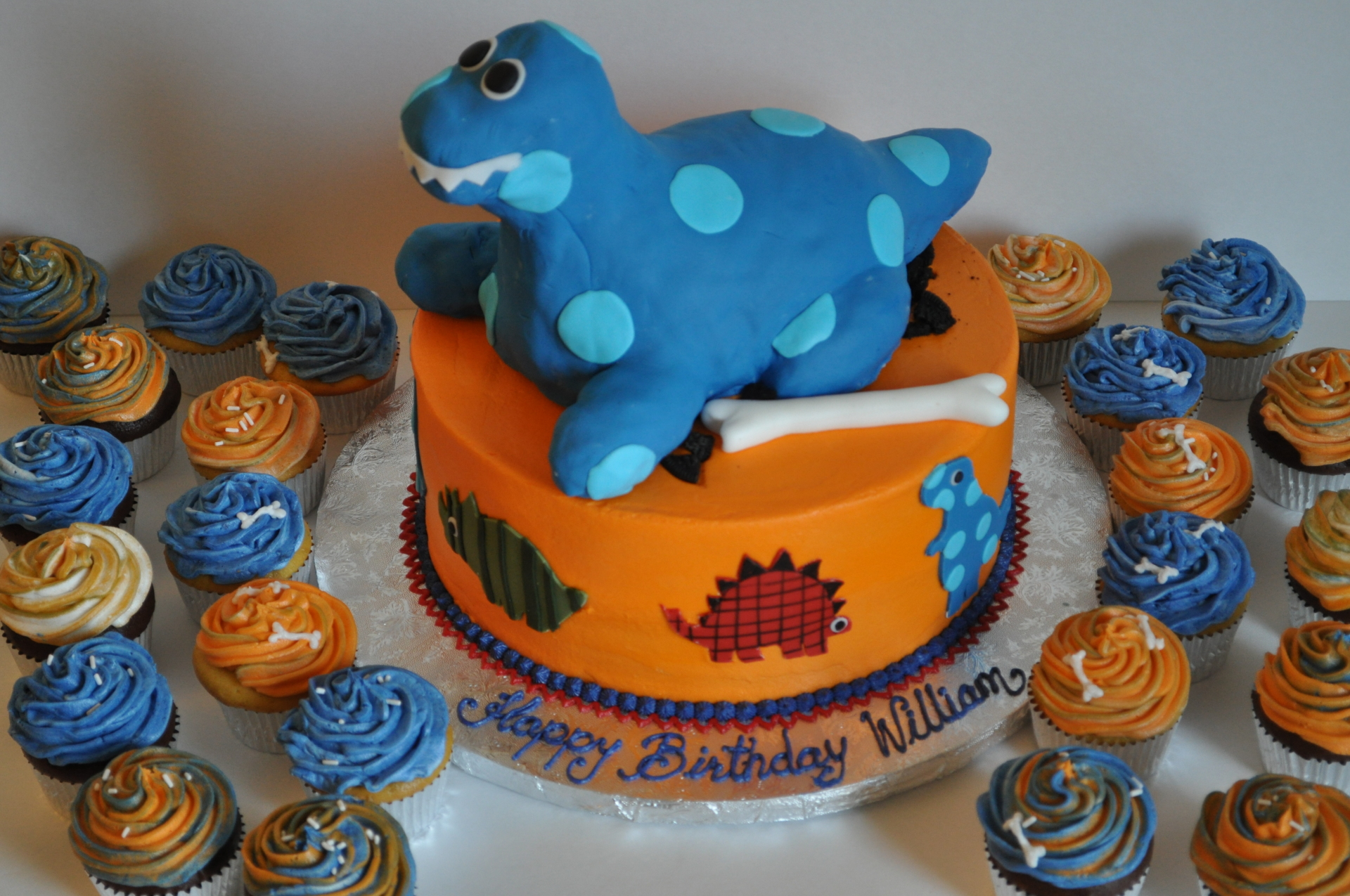 Dinosaur cake cupcakes