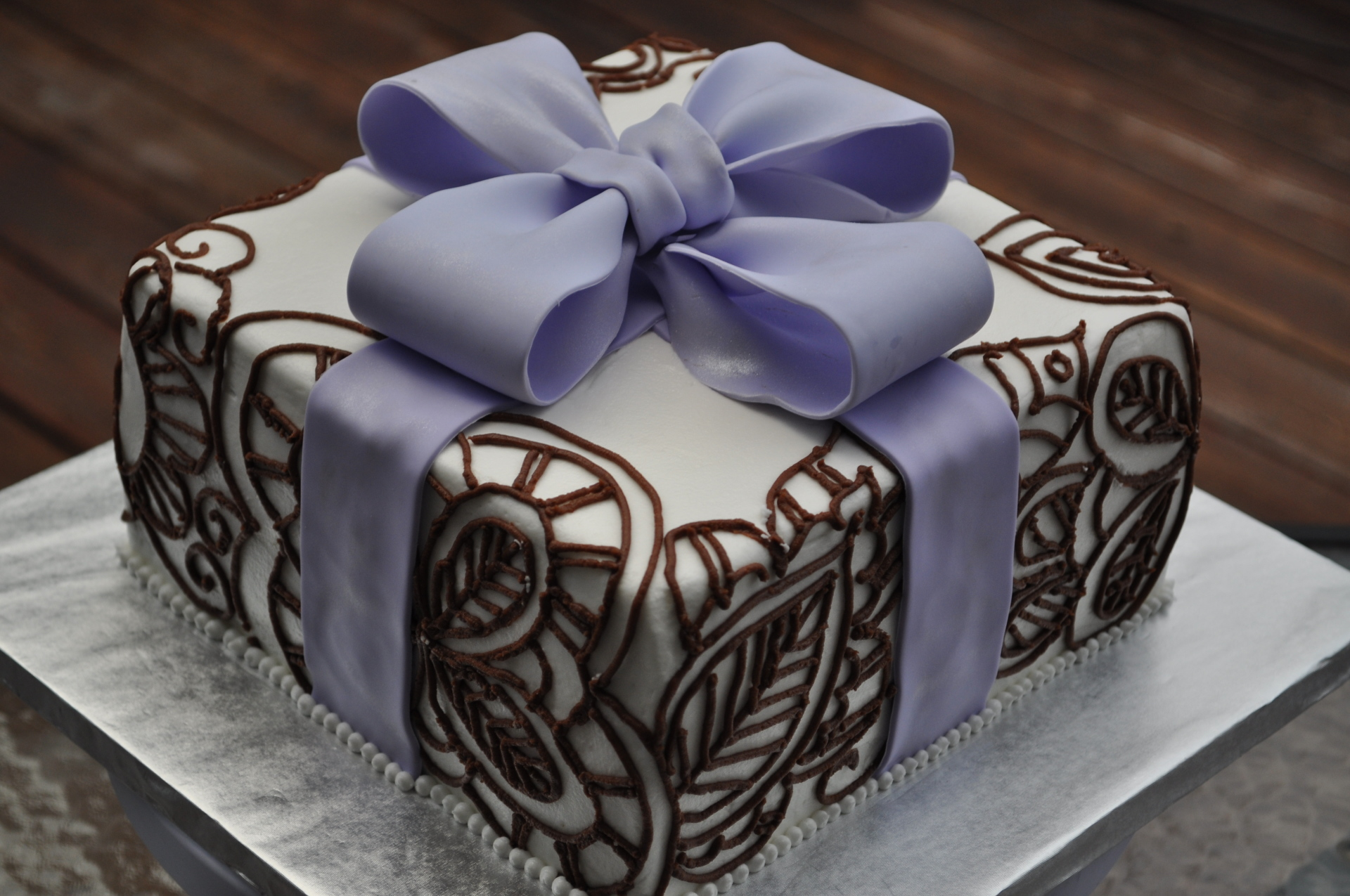 freehand piping, henna ,bow ,present cake