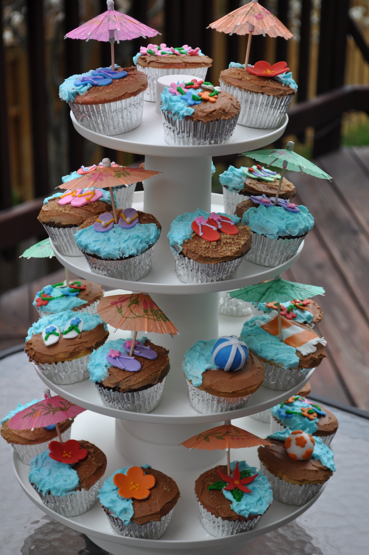 Beach Hawaiian cupcakes