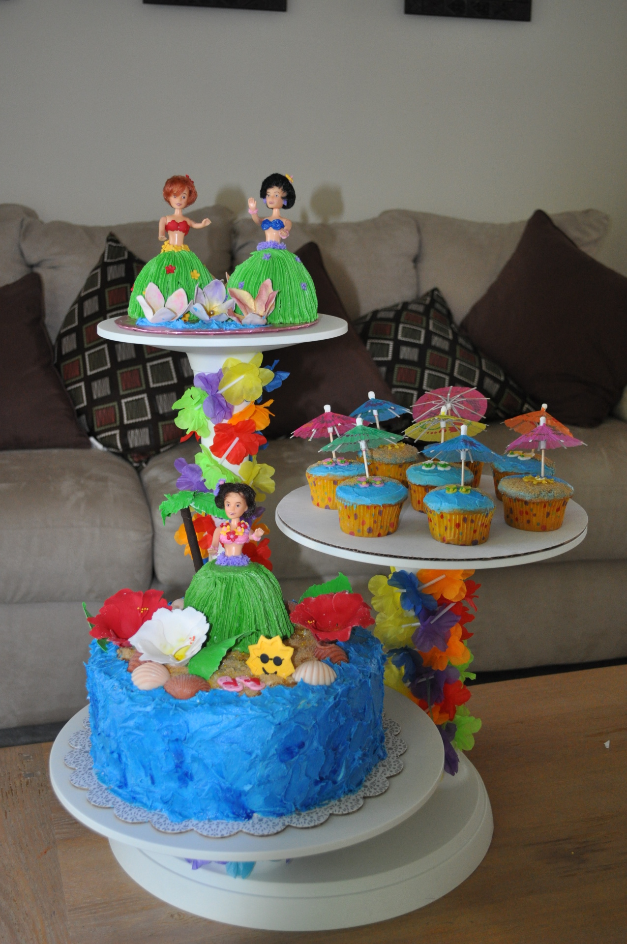 Hawaiian Hula Beach cake cupcake set up