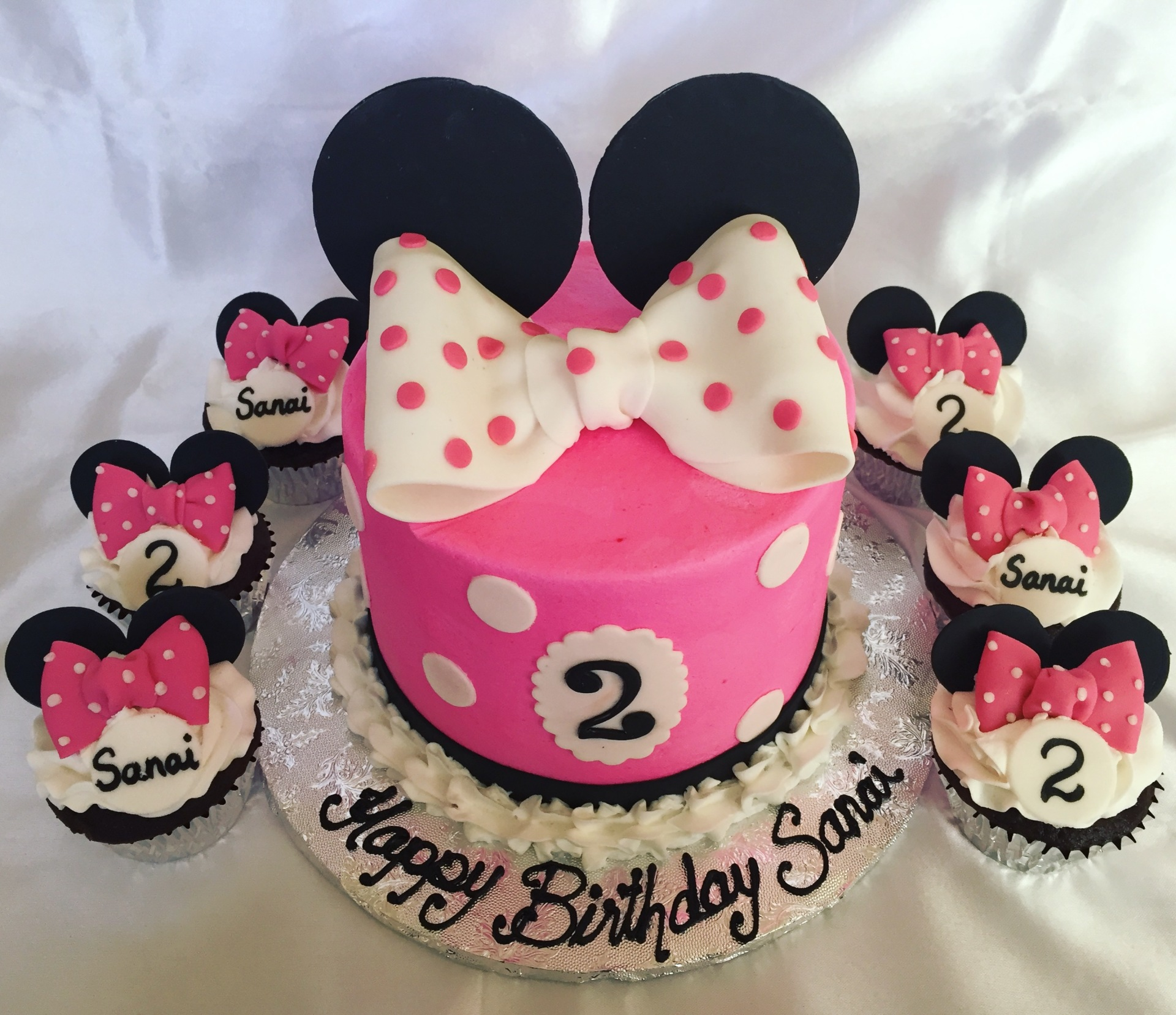 Minnie ears bow with cupcakes
