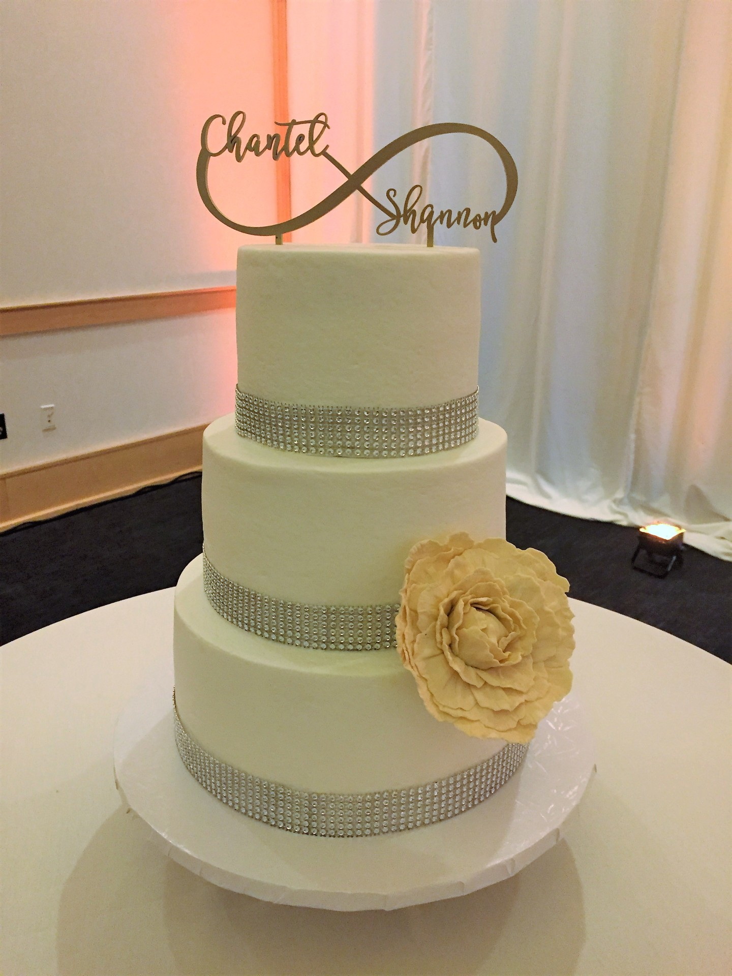Buttercream with ivory peony and glam band