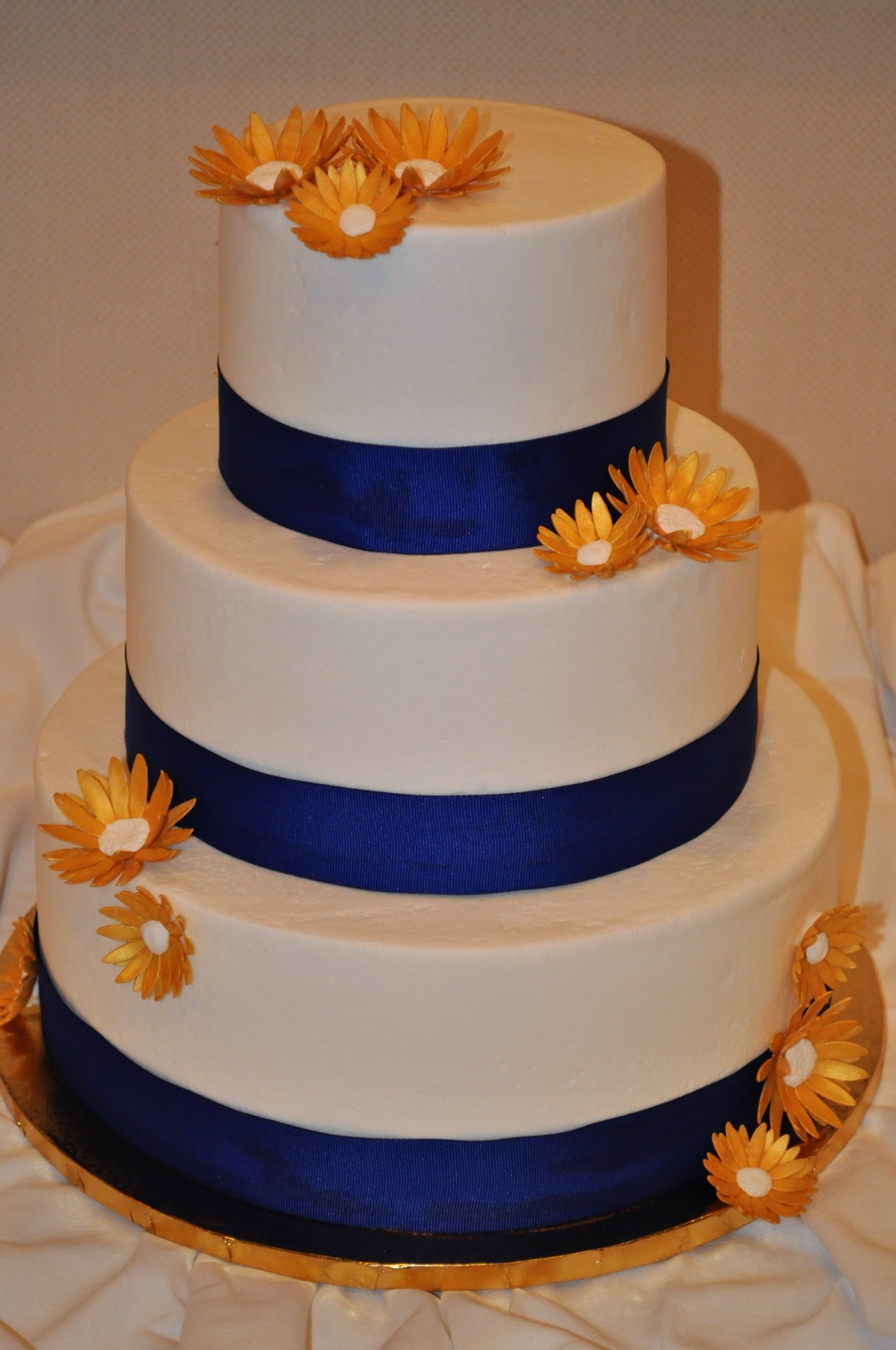 Simple buttercream with gold daisies