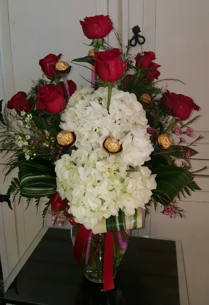 1DZ Red Roses with hydrangeas.  GP--179.  $105.00