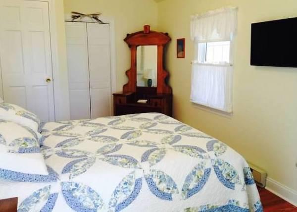Room Bayside Queen Bed, Dresser