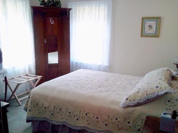 Room 4 Queen Bed, Armoire