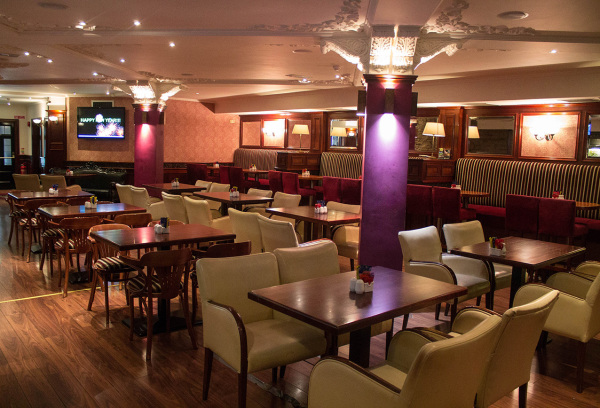 McMahons Bar Maynooth lounge and dinner tables