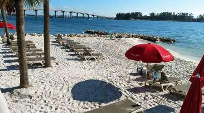 Песчаный пляж с навесами и лежаками