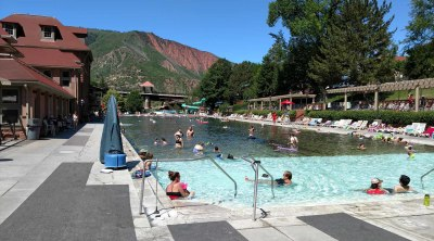 Гленвуд Спрингс - бассейн среди гор