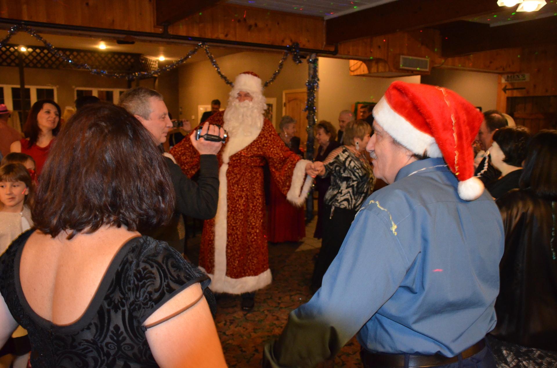 Новогодний хоровод с Дедом Морозом