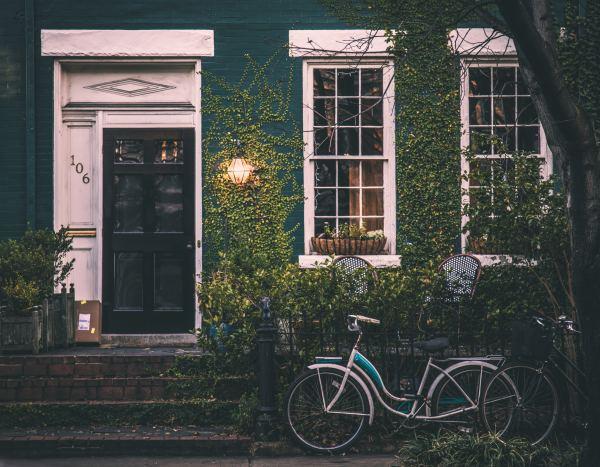 6 Near-Genius Ways to Fool Burglars Into Thinking You're Home