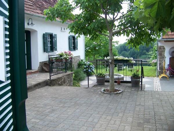 Blick durch das Eingangstor/View through the Entrance Door