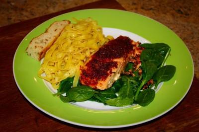 Lachs mit geräuchertem Paprika und Spinat