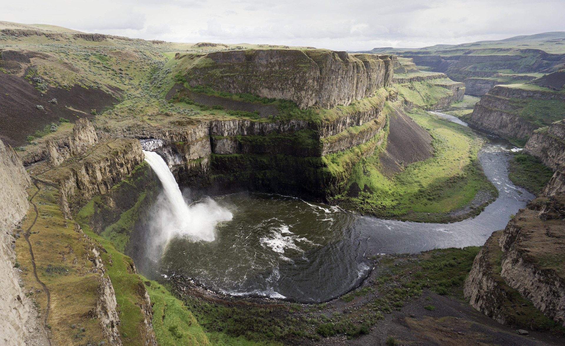 Palouse Falls flowing over into the river below