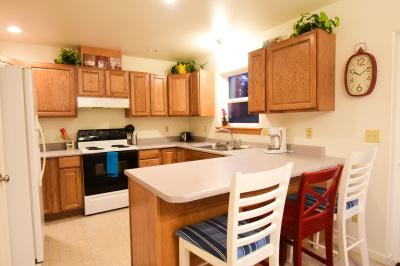 Full Kitchen & Breakfast Bar