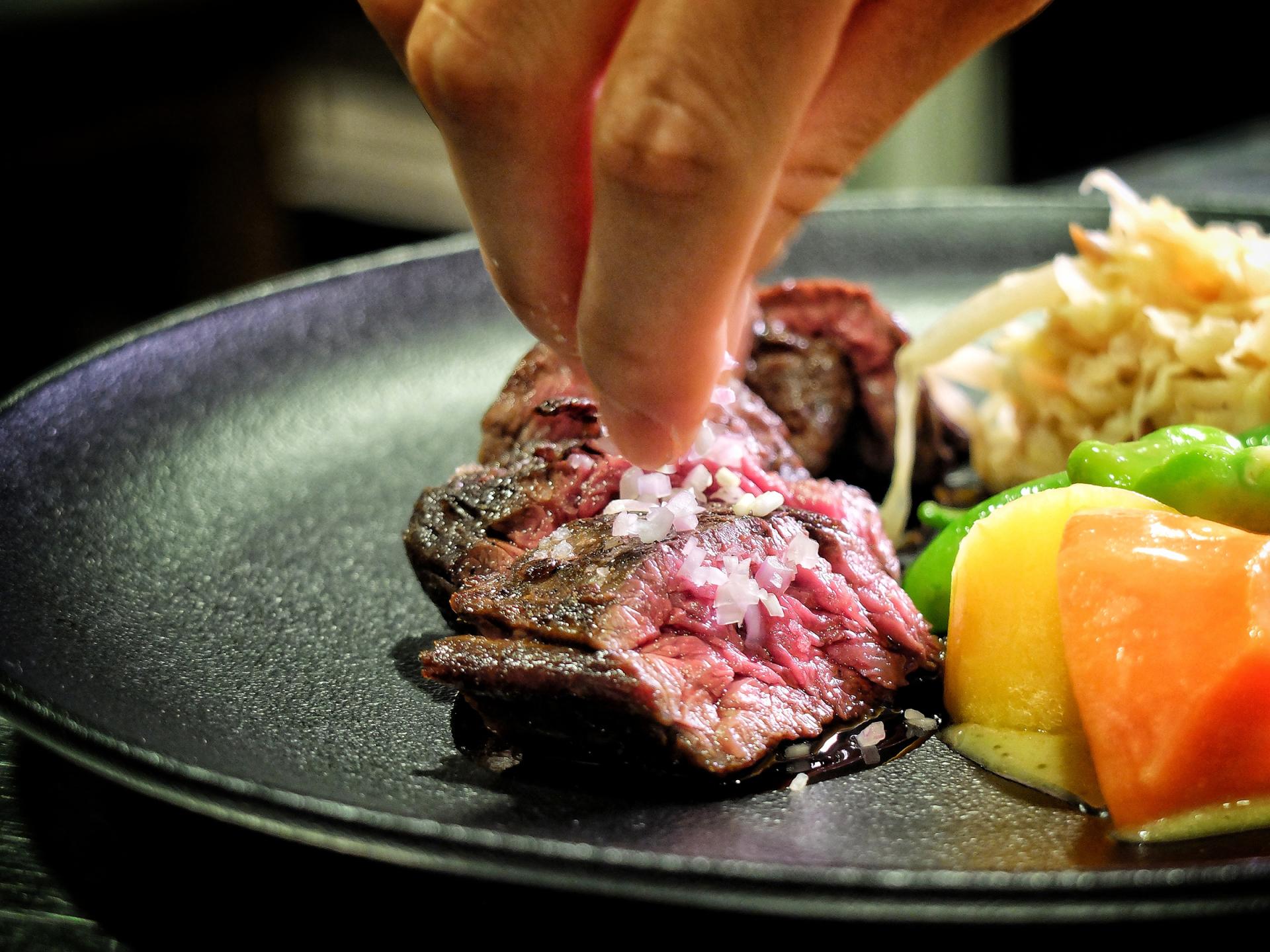 超極致的奔放肉味:三分熟橫膈膜牛排自己動手煎