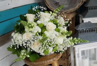 Ramo de flores en blanco y verde