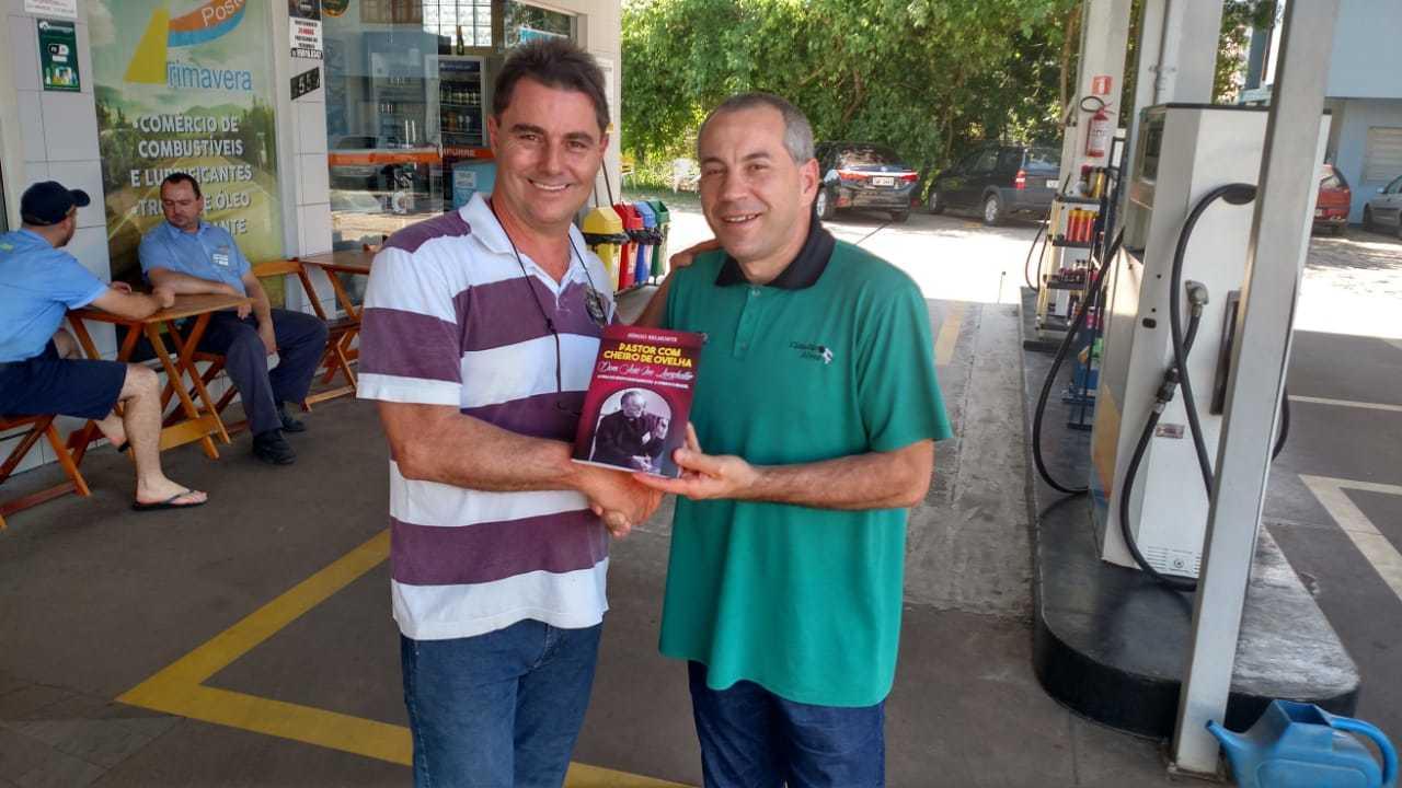 Alexandre recebe o livro de Dom José Ivo Lorscheiter