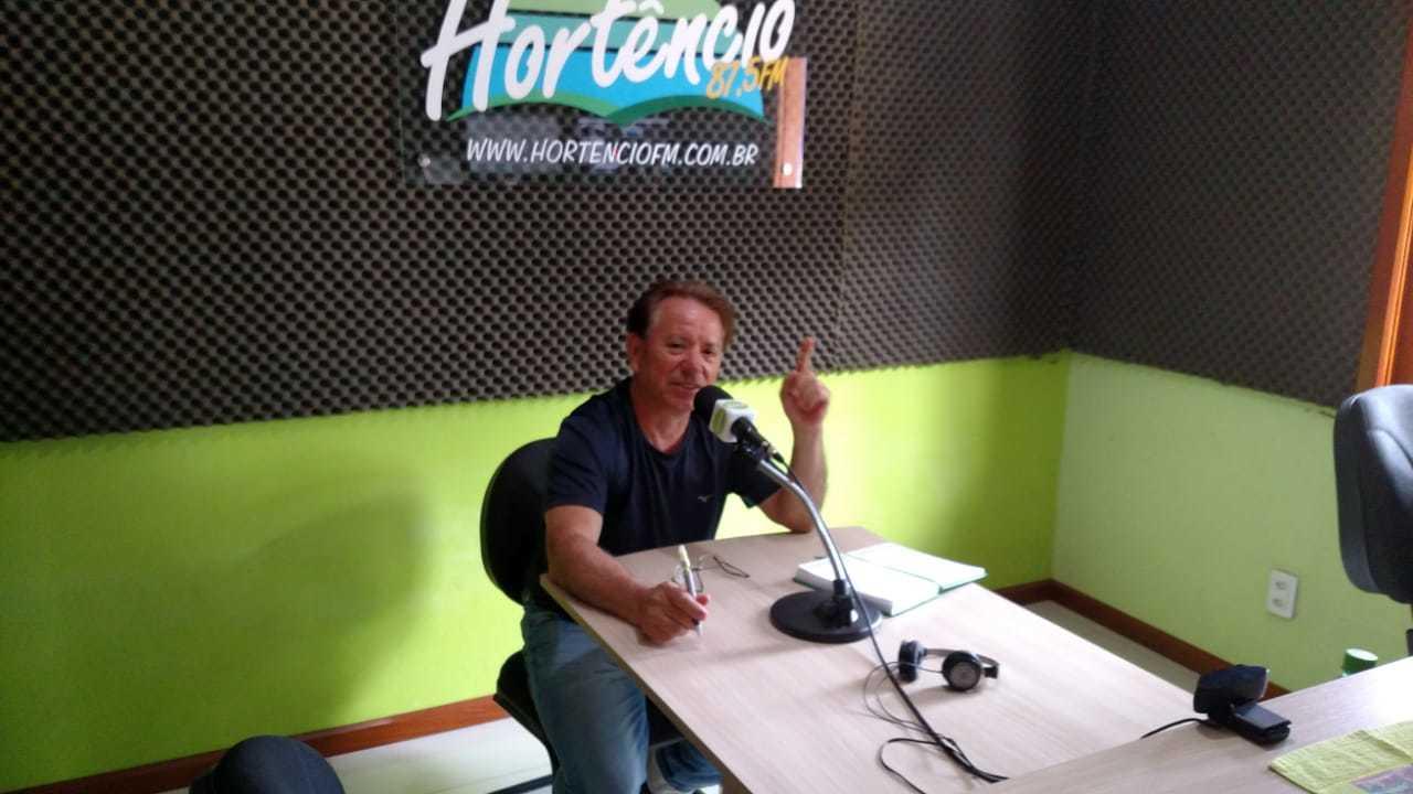 Reny visita Rádio Hortêncio FM